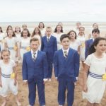 Children gather on the beach for powerful tribute performance that's touching hearts worldwide.